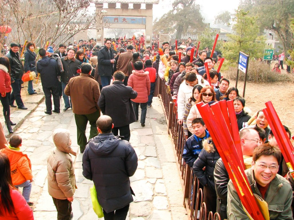 Lines of people to burn incense on Taishan Mountain