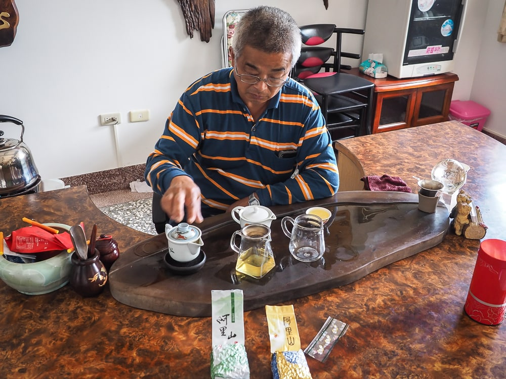 Owner of Cuiti guesthouse, Shizhuo, making tea
