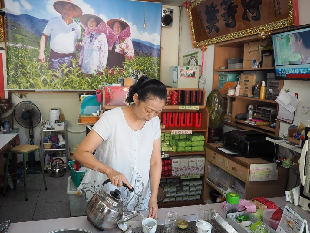 Buying tea in Luye at Yong An Tea Garden (永安茶園)