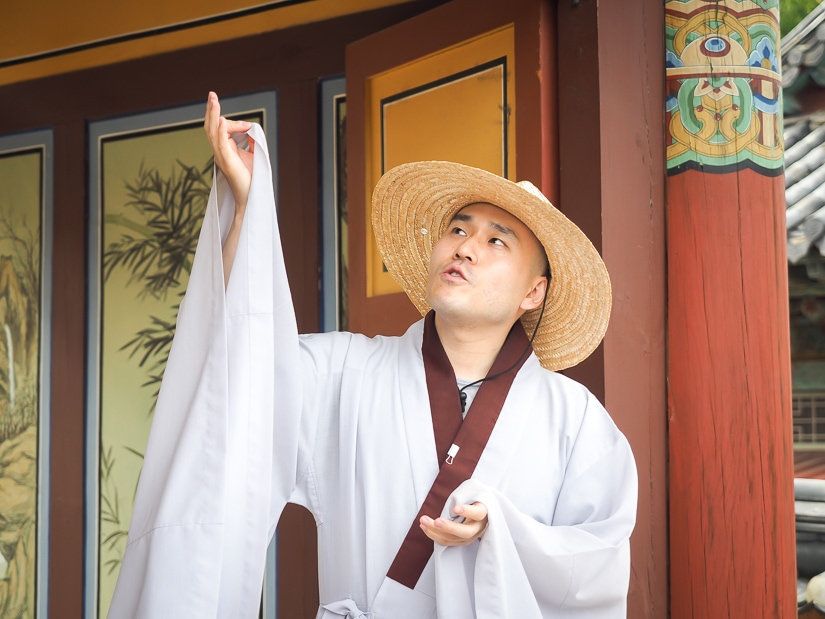 Monk offering is a tour of Beomeosa temple