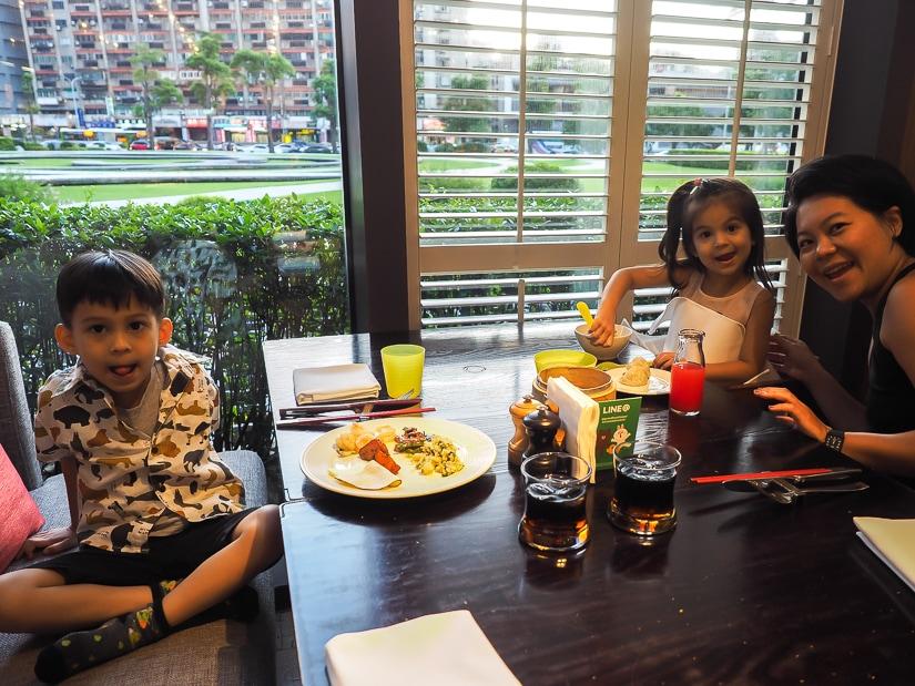 Café buffet with kids, Grand Hyatt Taipei