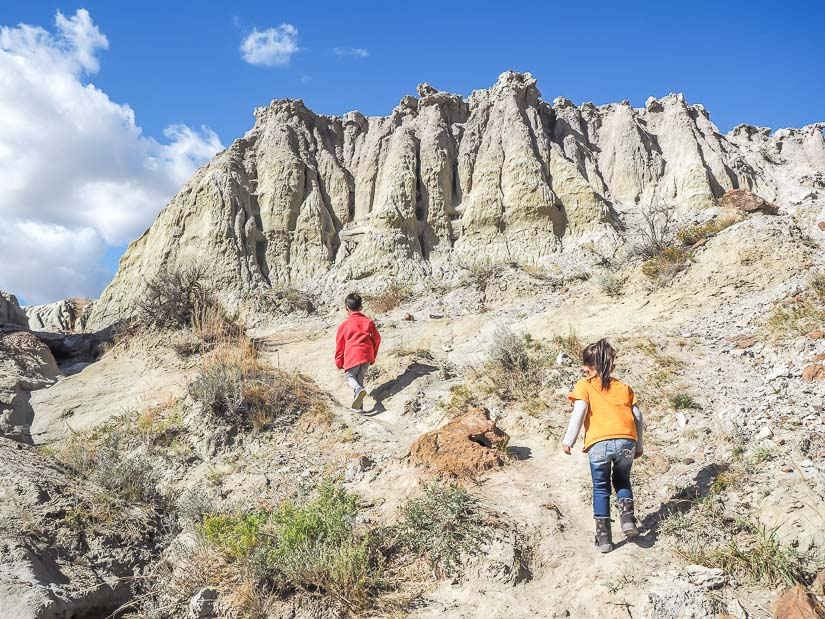 Two kids walking on Coulee Viewpoint Trail in Dinosaur PP